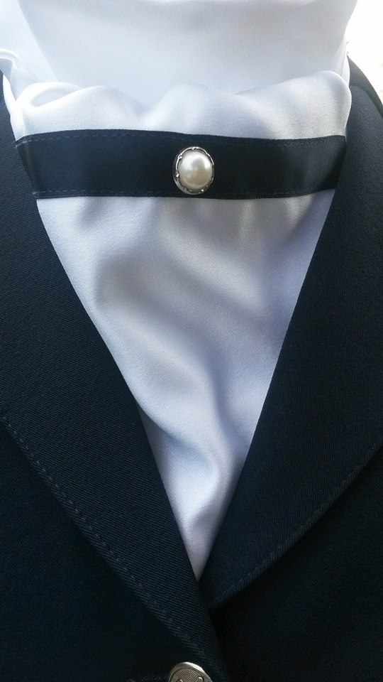 Plastron mit Perle von Aleo - (Foto: Aleo Equestrian Designs)