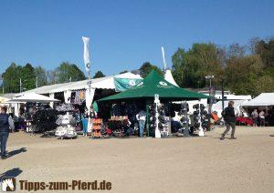 Verkaufsstände Pferd International 2016 mit Helmen - (Foto: Franziska Goldmann)