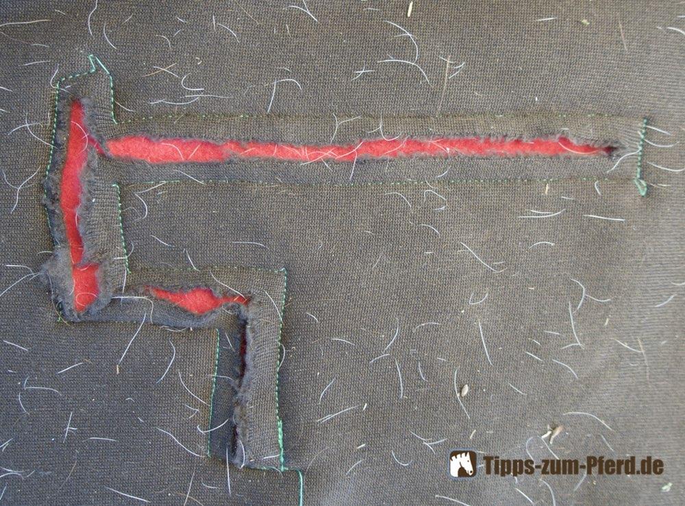 Pferdedecke mit Loch nach einer einfachen Reperatur